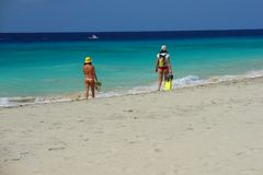 гулять девушок пляжа Стоковые Изображения