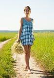 гулять дороги девушки страны Стоковые Изображения