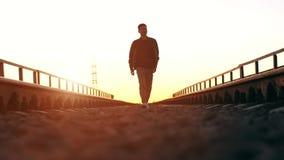 гулять захода солнца человека