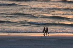 гулять захода солнца Стоковые Фото