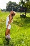 гулять лета лужка девушки дня Стоковые Изображения RF