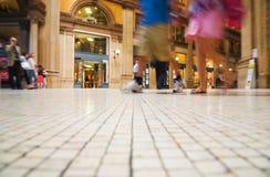 гулять людей делового центра самомоднейший Стоковая Фотография