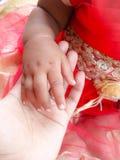 гулять малыша захода солнца удерживания руки сада ребенка мальчика предпосылки взрослых Стоковое Изображение