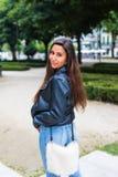 гулять парка девушки Лето идя в парк Стоковое Фото