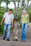гулять парка семьи счастливый Стоковое Фото