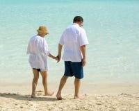 гулять пар пляжа старший Стоковое Фото