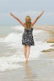 гулять песка девушки Стоковые Изображения