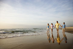 гулять семьи пляжа Стоковое Изображение RF