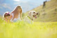 гулять семьи собаки счастливый Стоковое Фото