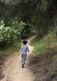 гулять следа мальчика Стоковые Фото