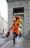 гулять солнцецвета девушки города милый Стоковые Изображения RF