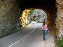 гулять тоннеля девушки Стоковые Фото
