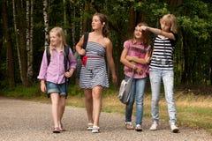 гулять schoolbags Стоковая Фотография