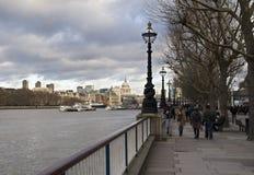 Гуляющ вдоль Темзы в Лондоне, Великобритания Стоковое Изображение