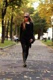 гуляя женщина стоковое изображение rf
