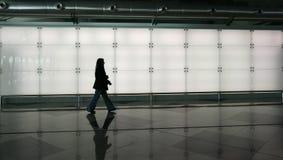 гуляя женщина Стоковые Фотографии RF