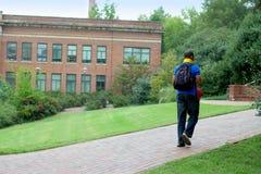 гуляя студент стоковая фотография