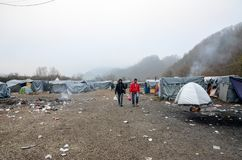 Гуманитарная катастрофа в беженце и переселенцы располагаются лагерем в Боснии и Герцеговине Европейский мигрирующий кризис Балка стоковое фото rf