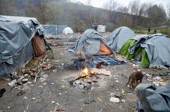 Гуманитарная катастрофа в беженце и переселенцы располагаются лагерем в Боснии и Герцеговине Европейский мигрирующий кризис Балка стоковые фото
