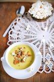 Густой суп гриба лисички одичалый с свежей мозолью, супом Стоковая Фотография RF