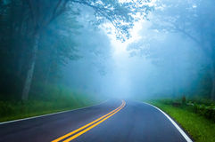 Густой туман на приводе горизонта в национальном парке Shenandoah, Вирджинии Стоковое фото RF
