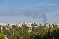 Густой дым над городом Стоковые Фото