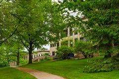 Густолиственный путь на кампусе KSU стоковое фото