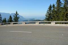 Гудронированное шоссе и барьер на дороге в Альпах в Германии Стоковые Изображения