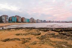 Гуляет и пляж города ³ n Gijà на заходе солнца astrological стоковое фото