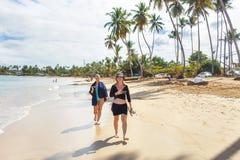 гулять девушок пляжа Стоковое Изображение