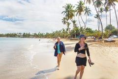 гулять девушок пляжа Стоковые Фотографии RF