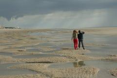 гулять детей пляжа стоковое фото