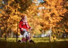 гулять парка девушки осени Стоковые Фото