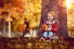 гулять парка девушки осени Стоковые Изображения