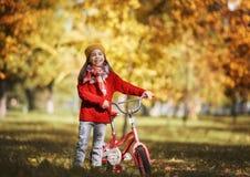 гулять парка девушки осени Стоковое Изображение