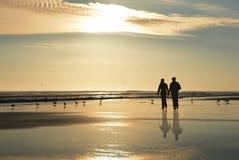 гулять пар пляжа Стоковая Фотография RF