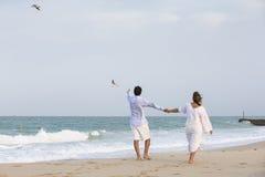 гулять пар пляжа стоковое фото rf