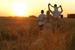 гулять поля семьи Стоковое фото RF