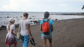 гулять семьи пляжа счастливый видеоматериал