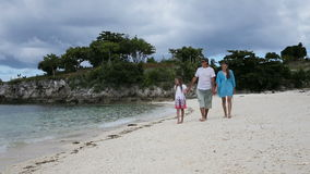 гулять семьи пляжа счастливый акции видеоматериалы