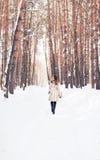 гулять снежка девушки Зима, холод и концепция людей Стоковая Фотография