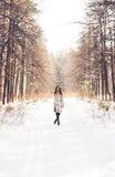 гулять снежка девушки Зима, холод и концепция людей Стоковое Фото