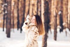 гулять снежка девушки Зима, холод и концепция людей Стоковые Изображения RF