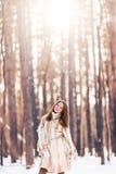гулять снежка девушки Зима, холод и концепция людей Стоковые Изображения
