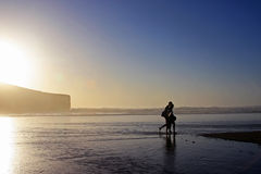 гулять любовников пляжа Стоковое Изображение