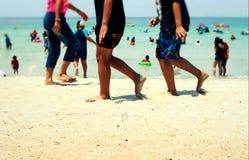 гулять людей пляжа Стоковая Фотография
