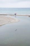 гулять людей пляжа стоковое фото rf
