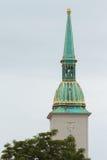 Главная башня собора в Братиславе с зелеными крышей и A.C. Стоковые Изображения
