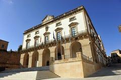 Главная площадь и здание муниципалитет, Caceres, эстремадура, Испания Стоковое Изображение RF