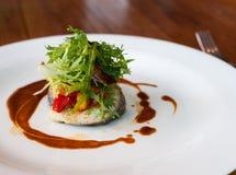 Главная тарелка овощ с рыбами стоковые фото